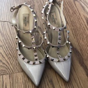 Valentino rockstud t-strap pumps in poudre color